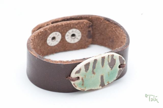 Dünnes Armband mit Medaillon. Verschluss: Druckknöpfe Bild