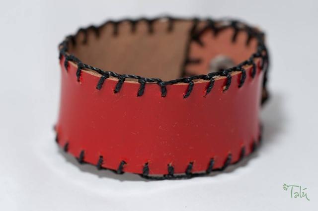 Dünnes Armband mit Garn. Verschluss: Druckknöpfe Bild