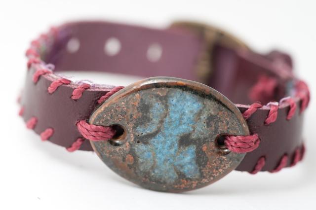 Dünnes Armband mit Medaillon und Garn, gefüttert. Verschluss: Schnalle Bild