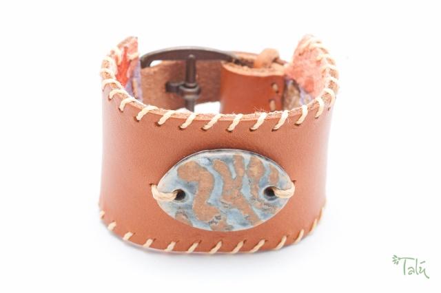 Breites Armband, gefüttert, mit Porzellanmedaillon. Verschluss: Schnalle Bild