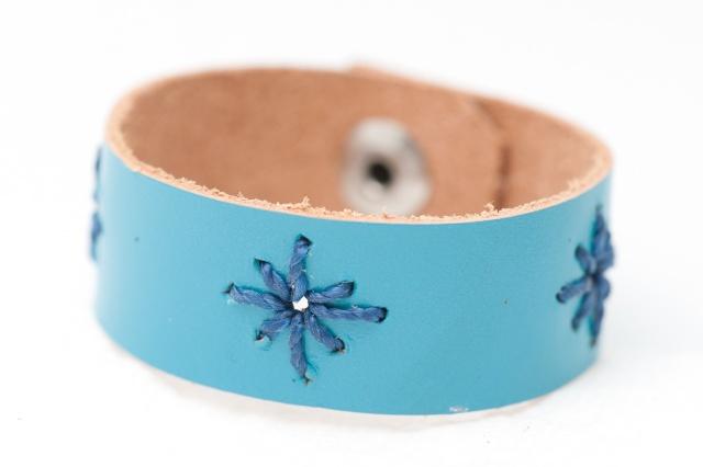 Armband mit Sternen aus blauem Garn  Bild