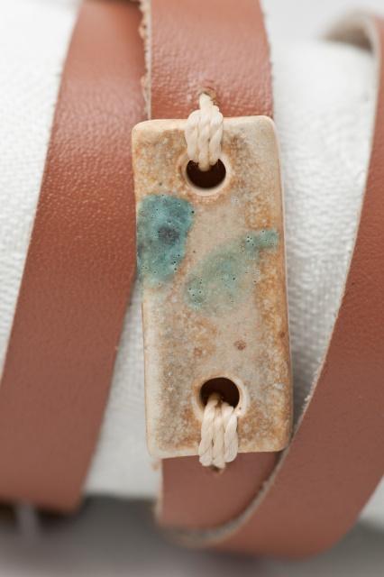 Dünnes Armband dreimal gewickelt. Verschluss: Schnalle Bild