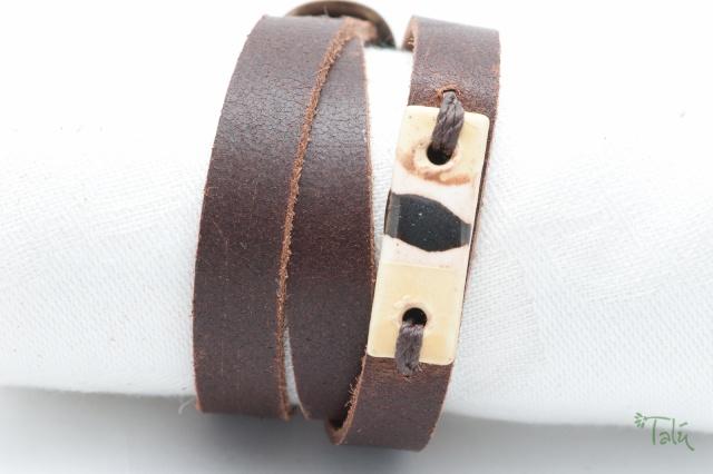 Dünnes Armband mit Porzellanmedaillon. Verschluss: Schnalle Bild