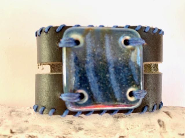 Breites Armband mit großem Medaillon. Verschluss: Schnalle Bild