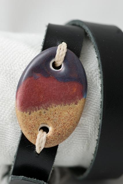 Dünnes Armband mit Medaillon zweimal gewickelt. Verschluss: Schnalle Bild