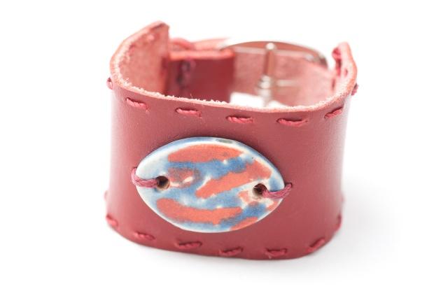 Breites Armband mit Medaillon. Verschluss: Schnalle Bild