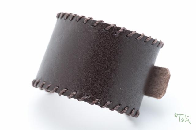 Breites Armband ca. 3,9 cm breit in tabak mit gewachstem Garn. Verschluss: Schnalle  Bild