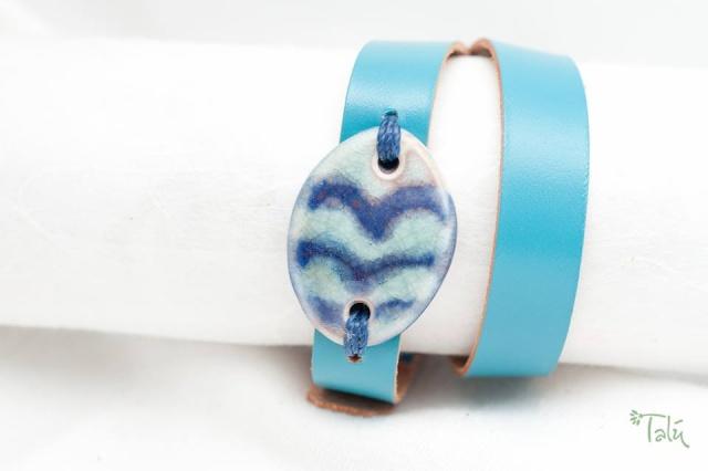Dünnes Armband mit Medaillon um zweimal umzuwickeln. Verschluss: Schnalle Bild