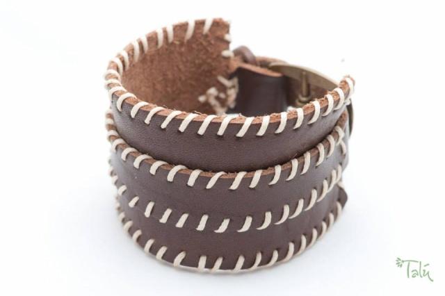 Breites Armband in tabak mit dünnem Riemen . Verschluss: Schnalle Bild