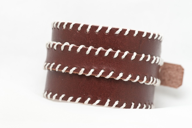 Breites Armband in braun mit dünnem Riemen . Verschluss: Schnalle Bild