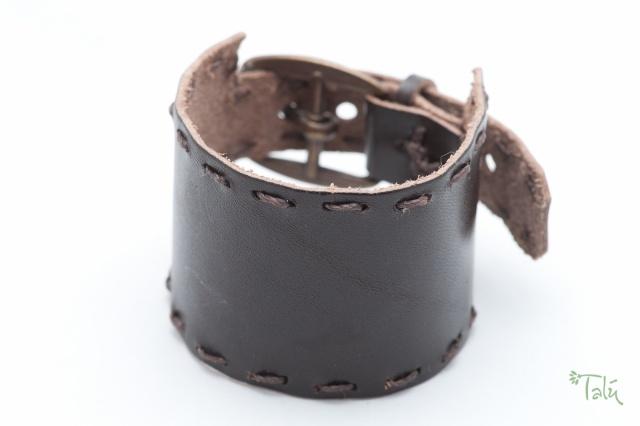 Breites Armband im tabak mit gewachstem Garn. Verschluss: Schnalle Bild