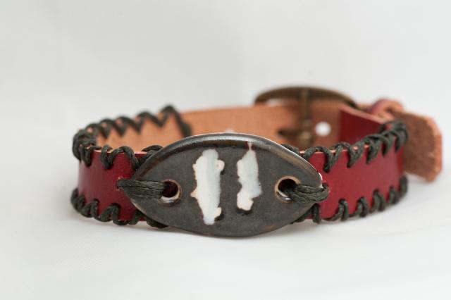 Dünnes Armband in rot. Verschluss: Schnalle Bild
