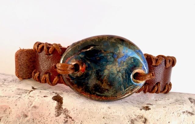 Dünnes Armband in braun. Verschluss: Schnalle Bild
