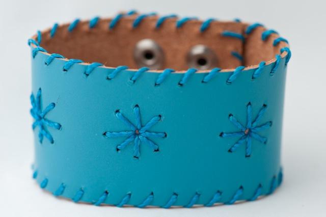 Breites Armband mit Sternen aus blauen Garn. Verschluss: Druckknöpfe Bild
