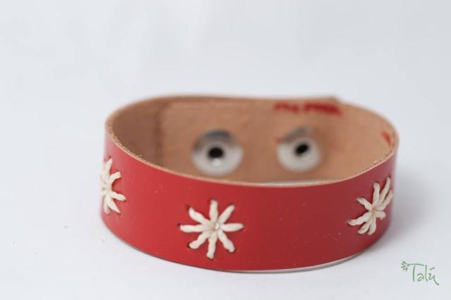 Kinderarmband mit Sternen aus Garn. Verschluss: Druckknöpfe Bild