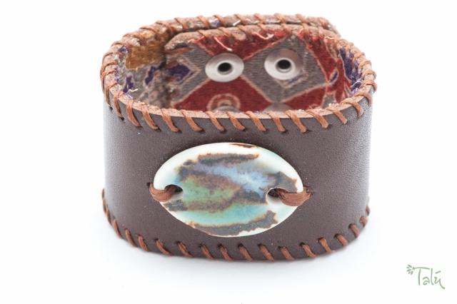 Breites Armband mit Medaillon und Garn, gefüttert. Verschluss: Druckknöpfe Bild