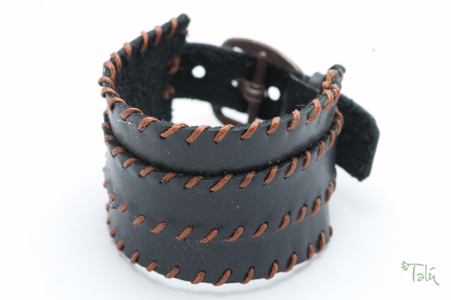 Breites Armband  in schwarz mit dünnem Riemen . Verschluss: Schnalle Bild