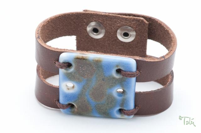 Breites Armband mit großem Medaillon. Verschluss: Druckknöpfe Bild