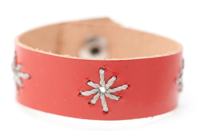 Armband mit  Sternen aus grauem Garn  Bild