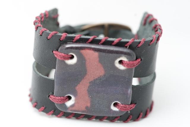 Breites Armband mit großem Medaillon und Garn. Verschluss: Schnalle Bild