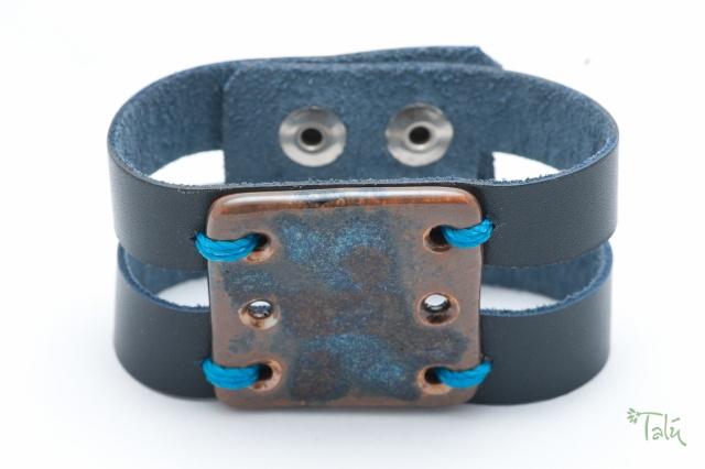 Breites Armband mit großem Porzellanmedaillon. Verschluss: Druckknöpfe Bild