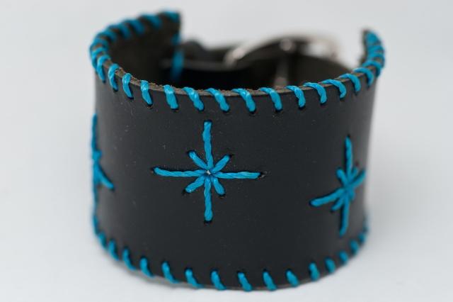 Breites Armband mit Sternen aus blauen Garn. Verschluss: Schnalle Bild