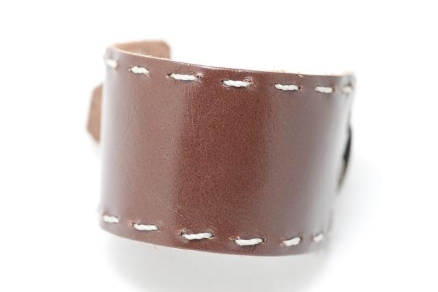 Breites Armband mit Garn. Verschluss: Schnalle Bild