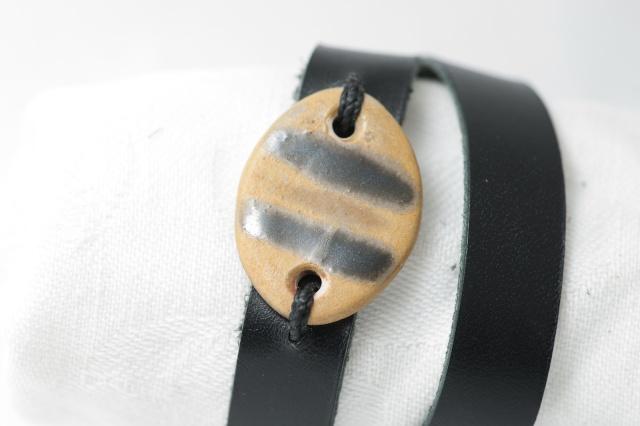 Dünnes Armband mit Medaillon zweimal umzuwickeln. Verschluss: Schnalle Bild