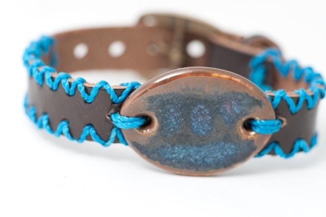 Dünnes Armband mit Medaillon und Garn. Verschluss: Schnalle Bild