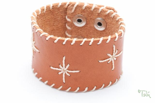 Breites Armband mit Garn. Verschluss: Druckknöpfe Bild
