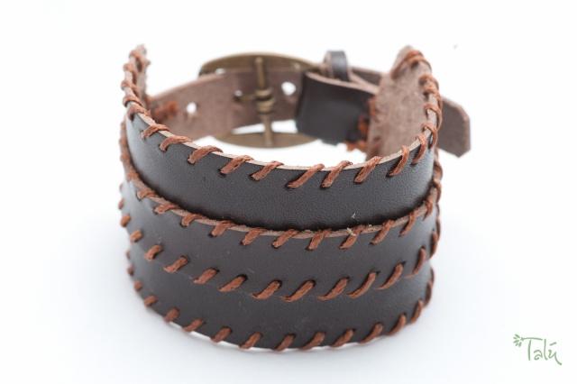 Breites Armband mit dünnem Riemen und Garn. Verschluss: Schnalle Bild
