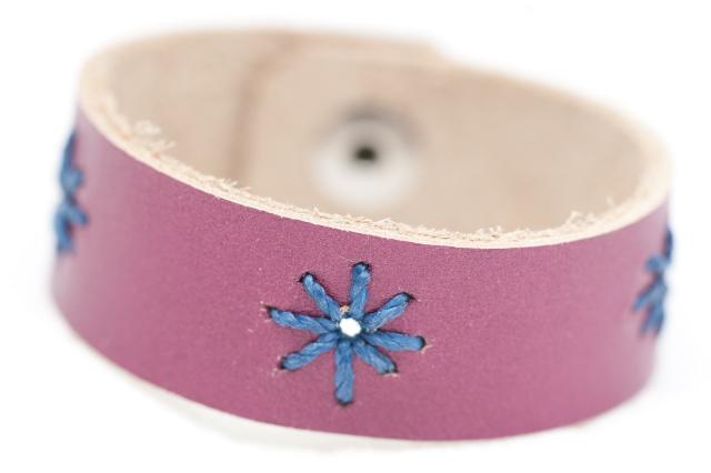 Armband mit Sternen aus blauen Garn  Bild