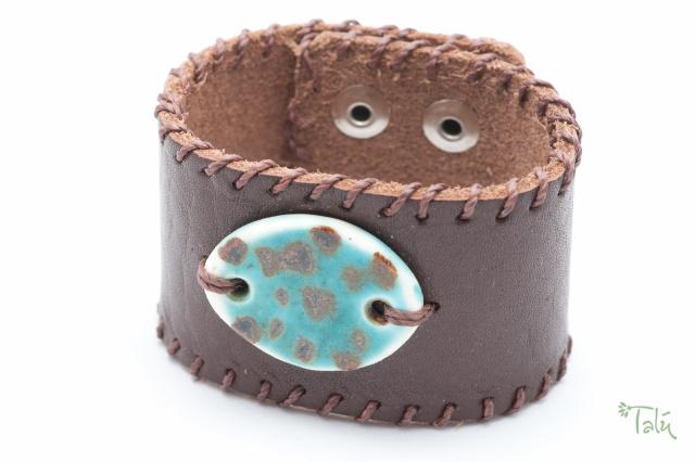Breites Armband mit Medaillon und Garn. Verschluss: Druckknöpfe. Bild