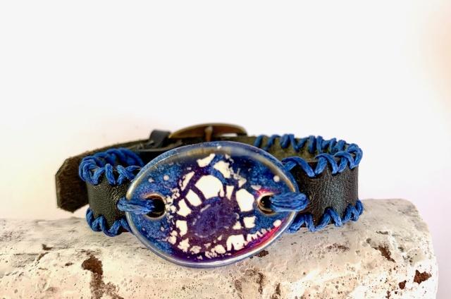 Dünnes Armband in schwarz. Verschluss: Schnalle Bild