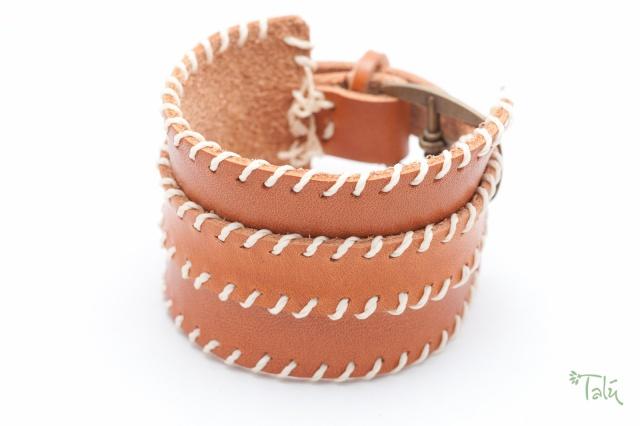 Breites Armband  in cognac mit dünnem Riemen . Verschluss: Schnalle Bild