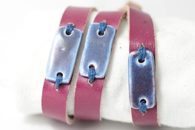 Dünnes Armband mit 3 kleinen Medaillons dreimal gewickelt. Verschluss: Schnalle Bild