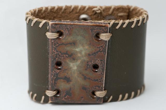 Breites Armband mit großem Medaillon und Garn. Verschluss: Druckknöpfe Bild